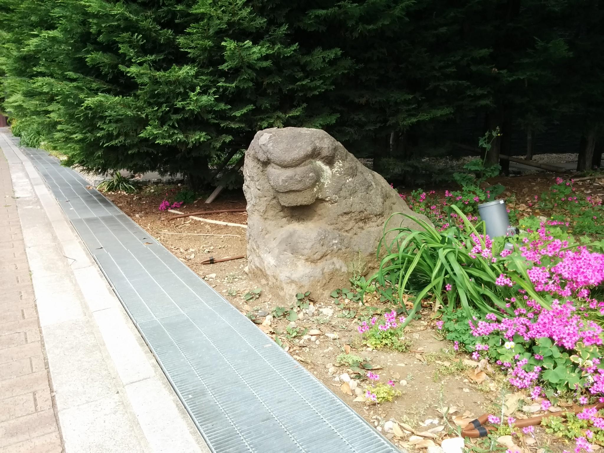 常盤松の碑(なぞの狛犬)
