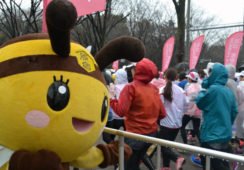 「渋谷・表参道WOMEN'S RUN」では、雨の中走るランナーたちを応援