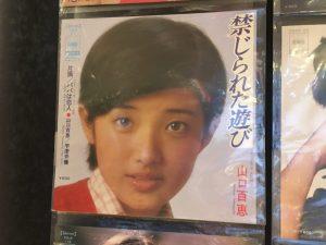 壁面レコードアップ_山口百恵02